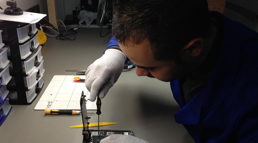 Riparazione Smartphone nel Laboratorio Isle - Tecnico: Rossano